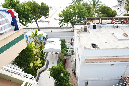 Hotel Agua Beach: View from our balcony to the entrance.