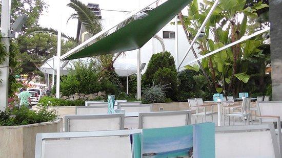 Hotel Agua Beach: Bar terrace area