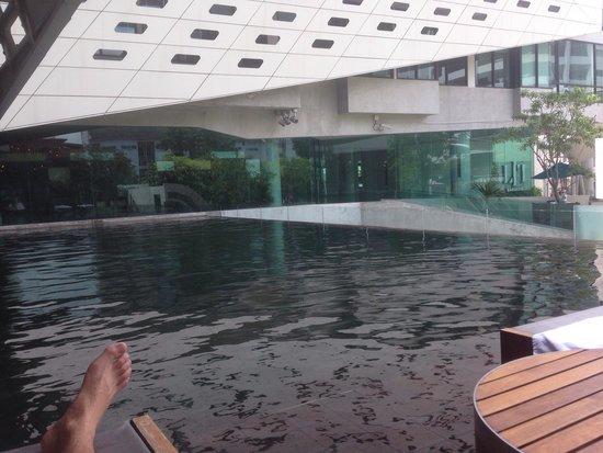 LiT BANGKOK Hotel : La piscine