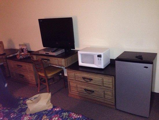 Glacier Hotel: Fridge, microwave & flat-screen tv