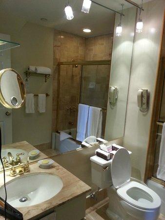 The Kensington Park Hotel: bathroom