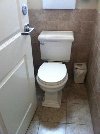 Casa Loma Hotel: Banheiro individual