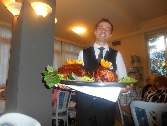 Hotel Garda - TonelliHotels: Aftenmaden vises frem.
