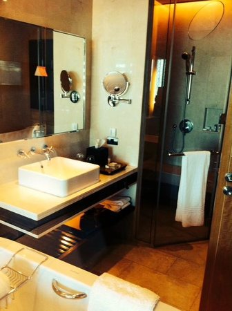Renaissance Bangkok Ratchaprasong Hotel: Bathroom Room1619