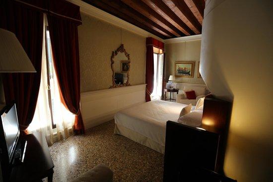 Ruzzini Palace Hotel: View to canal side balcony