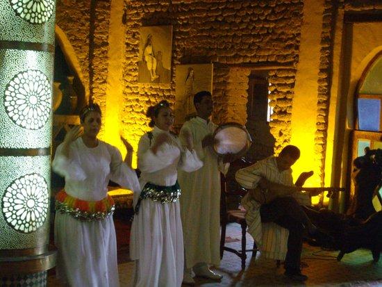 Kasbah Hotel Xaluca Arfoud: Welcoming Musicians