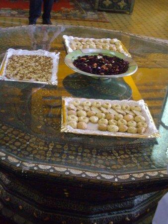 Kasbah Hotel Xaluca Arfoud: Welcoming Cookies and Almonds