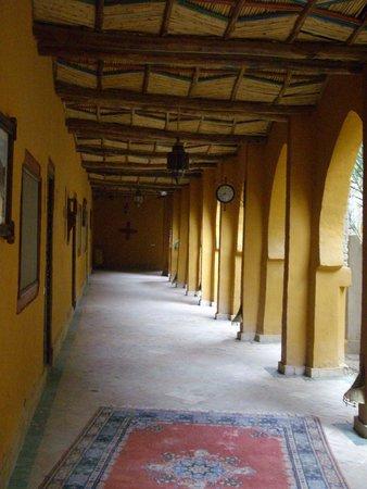 Kasbah Hotel Xaluca Arfoud: Walkway to Chambres