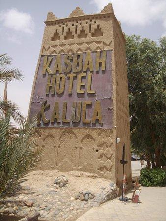 Kasbah Hotel Xaluca Arfoud : Entrance Column - English
