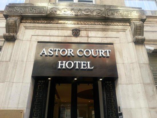Astor Court Hotel: Puerta del Hotel
