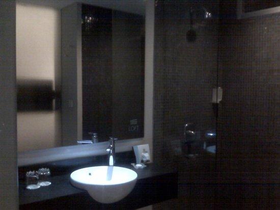 Loft Legian Hotel: The bathroom