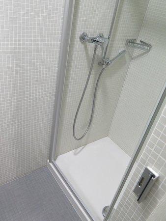 Hotel Alpha: Shared bathroom