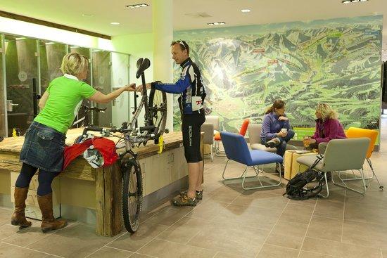 Explorer Hotel Berchtesgaden: Werkbank in der Lounge