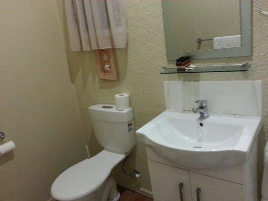 The Tropical Villa: Ensuite toilet