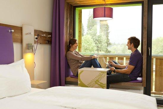 Explorer Hotel Berchtesgaden: gemütliche Sitzecke im Zimmer