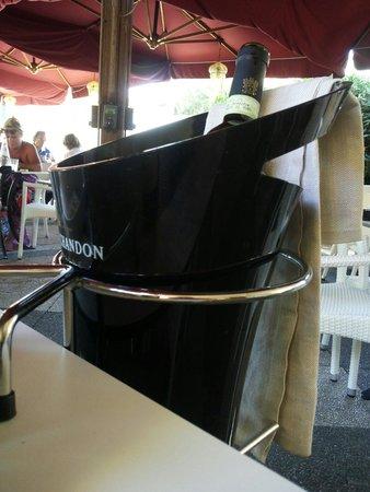 Caffe' Ginori : Mezzo litro di buon vino bianco...la classe non è acqua.