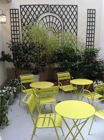 Hotel Arvor Saint Georges : Notre courette fleurie pour un moment détente