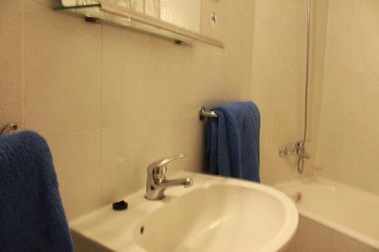 Caravel Hotel: Bathrooms