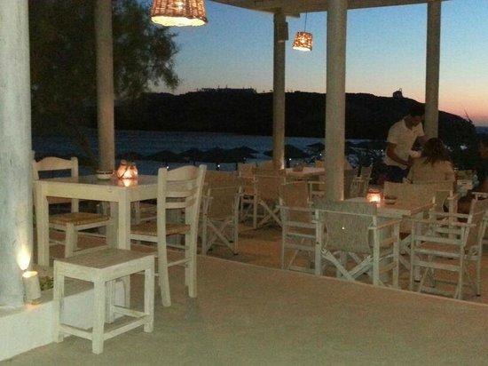 Koumpara Seafood Restaurant: Tavoli esterni