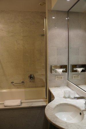UNA Hotel Mediterraneo: Bathroom and an awkward glass screen