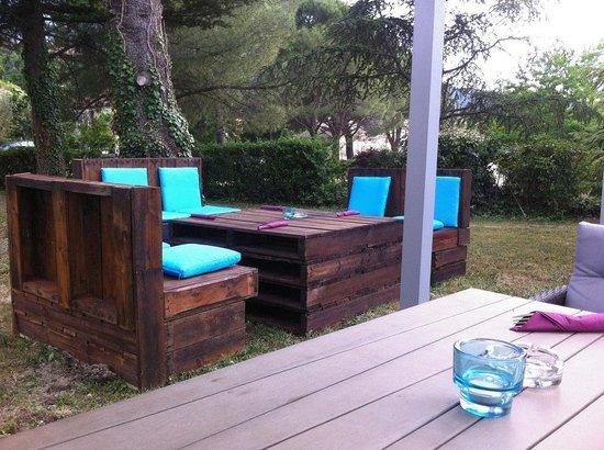 Notre terrasse ombrag e dans notre jardin picture of la for Jardin romain