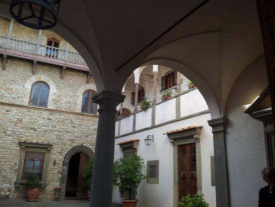 Castello Vicchiomaggio: The courtyard!