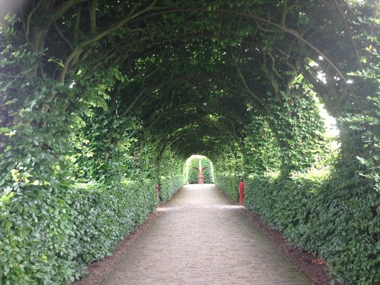 Muiderslot: Walkway into the garden