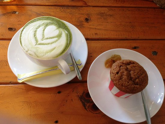 Windmills Cafe: green tea latte and carrot cake