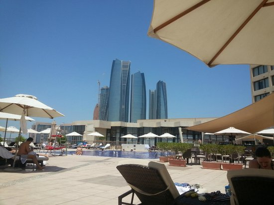 InterContinental Abu Dhabi: Vista de la Piscina