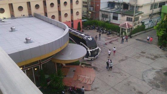 Bella Express Hotel: с балкона виден вход в отель