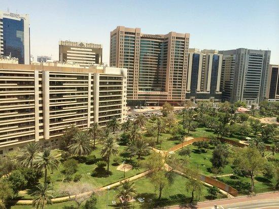 Corniche Hotel Abu Dhabi : Вид из номера на парк и Khalifa Street