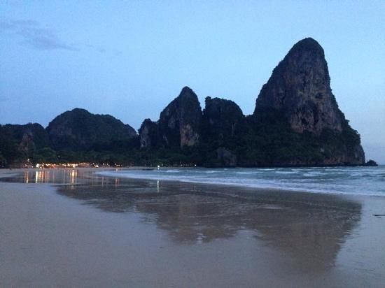 Sand Sea Resort : West Railay beach early evening