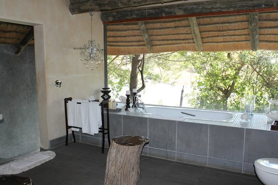 Chitwa Chitwa Private Game Reserve : Salle de bain panoramique
