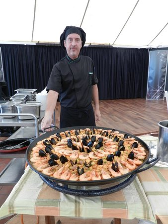 Hotel Coronas Playa: Demonstration of cooking a paella, it was delicious!