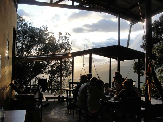 Lost and Found Hostel: Common area of the hostel, dining with the sunset behind Baru