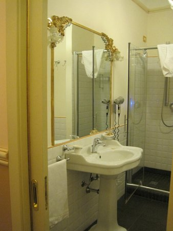 Relais Antica Badia: Our well appointed bathroom