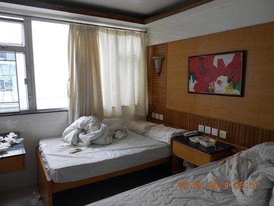 Cosmic Guest House Hong Kong: Kamar dengan 2 bed, bawah bed kosong sehingga koper bisa diletakkan di bawahnya