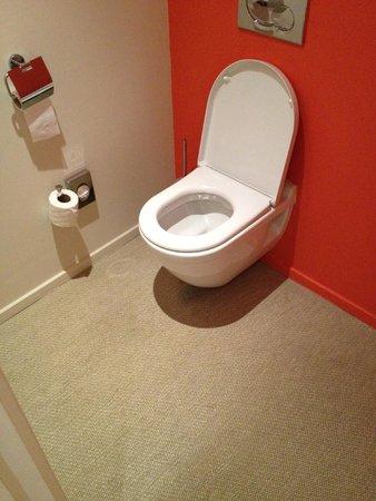 Pullman Cannes Mandelieu Royal Casino: Gulvtæppe ved toilettet