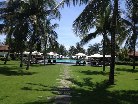 Boutique Hoi An Resort: walk from restaurant to pool