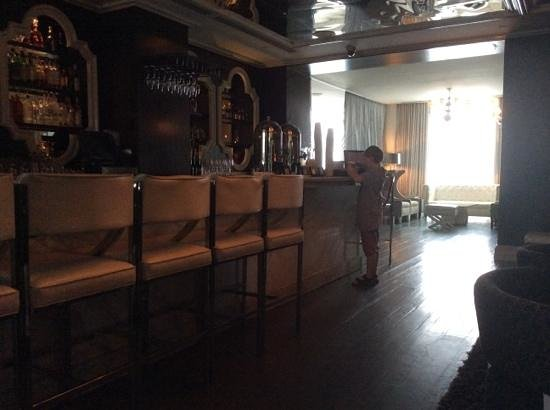 Viceroy Santa Monica: complimentary coffee in the morning at the bar
