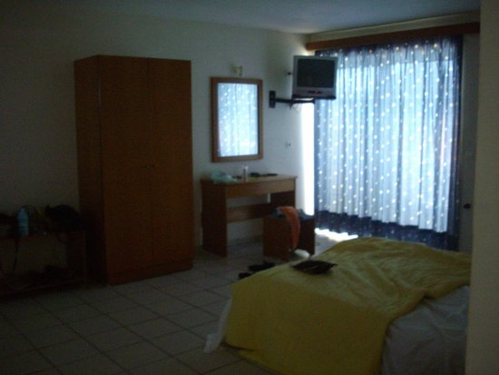 Koukounaria Aparthotel & Suites: bedroom area