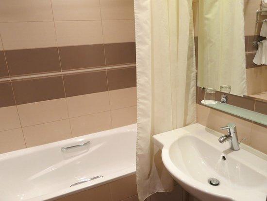 New Peterhof Hotel : Ванная комната довольно большая