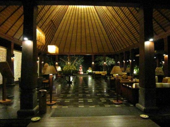 Rama Candidasa Resort & Spa: The open air reception area at night