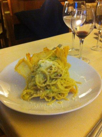 Casale Colle dell'Asino: Carbonara pancetta e zucchine servita in un cestino di parmigiano