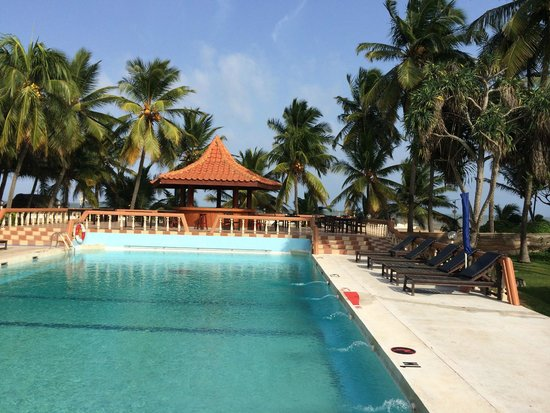Golden Star Beach Hotel: Pool from the restaurant, with bar closest to beach