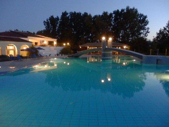 Ilaria Hotel: бассейн вечер,никого