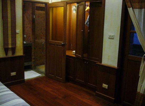 Santitham Guest House: Wardrobe and entrance to bathroom