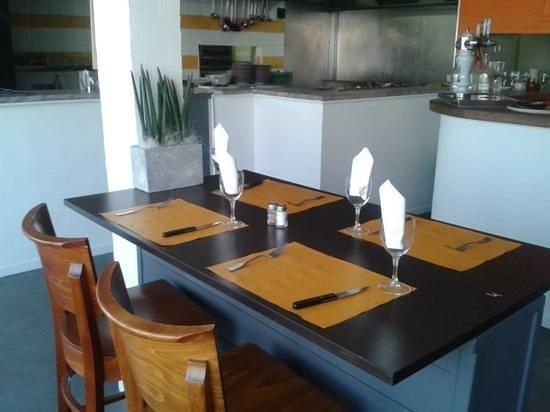 Restaurant du Man : la salle, avec vue sur la cuisine