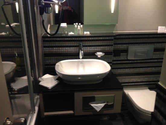 Hotel Crowne Plaza Berlin City Centre : Bad mit Badewanne, klein aber fein
