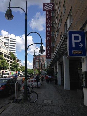 Hotel Crowne Plaza Berlin City Centre: Die schlichte Front von außen täuscht.